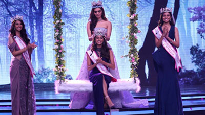Anukreethy Vas being crowned Femina Miss India 2018 by Manushi Chillar, the reigning Miss World.