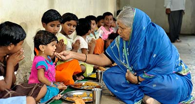 Sindhutai feeding children