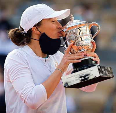 Iga Swiatek kisses the 2020 French Open Women's trophy
