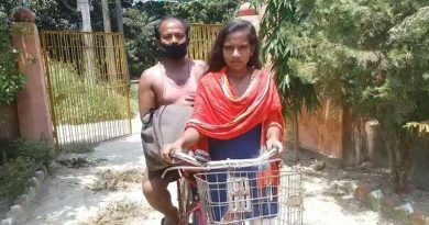 Jyoti Kumari with her father on the back of her cycle